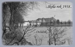 """Pohled na školu od místního rybníku """"Ovčáček"""", školní rok 1938/1939. Soukromý archiv Mgr. Pavla Horáka."""