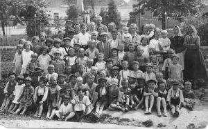 Obr.3_Hlízov_Hlizovske deti s rodici u pomniku 30. léta 20.st.
