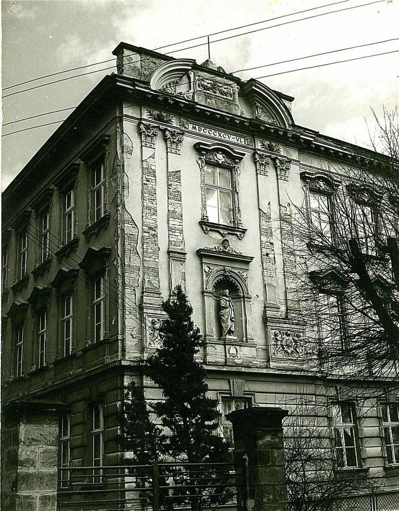 Budova naší školy v Budyni nad Ohří v době po druhé světové válce.
