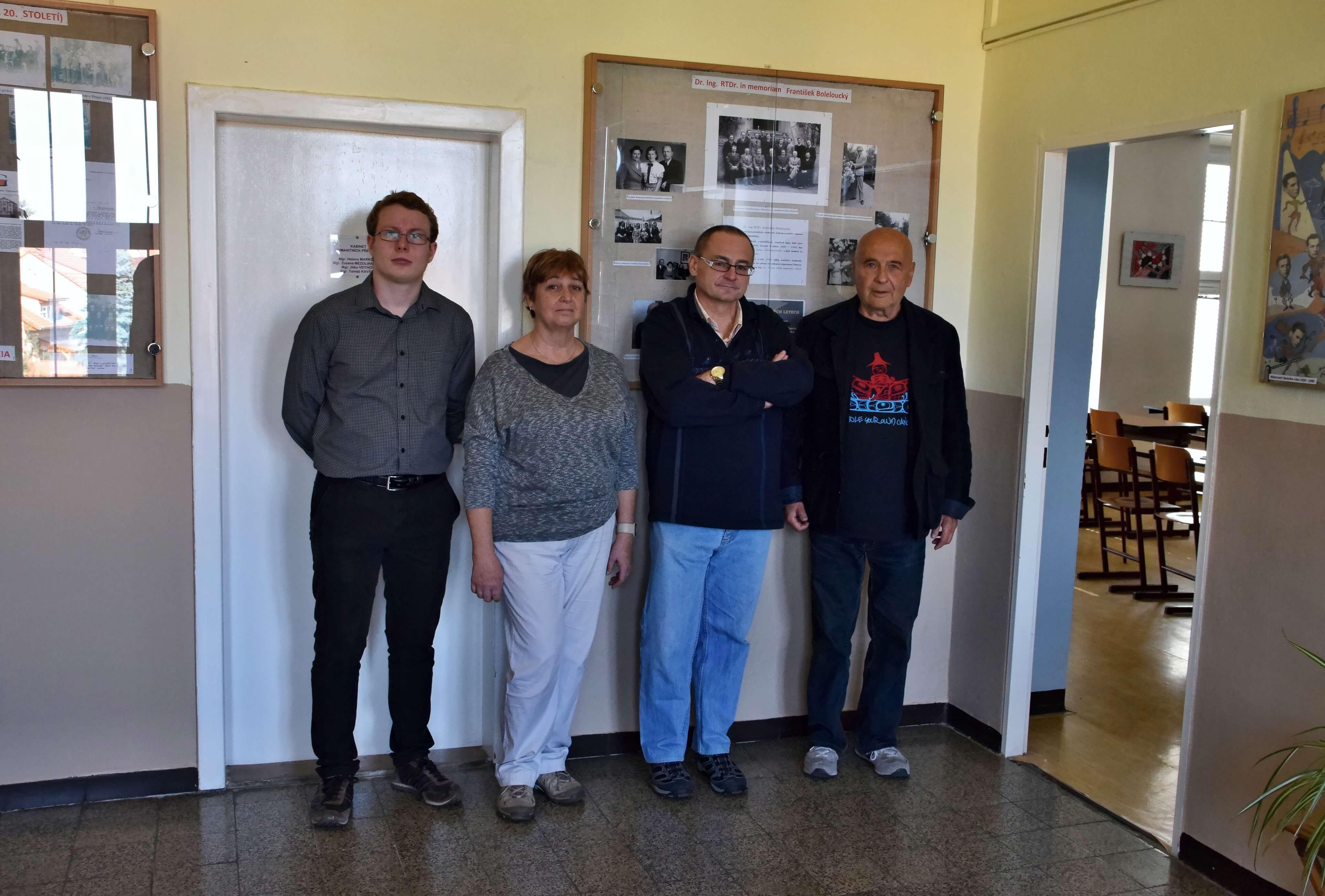 Zde jsme na fotografii s ředitelem gymnázia RNDr. Jiřím Kubešem (druhý zprava), první zprava je doc. MUDr. Zdeněk Boleloucký, CSc., druhá zleva je Mgr. Danuše Švarzbergerová a zcela vlevo já, Jan Hroudný.